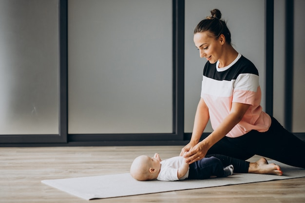 Mãe com bebê menino praticar yoga