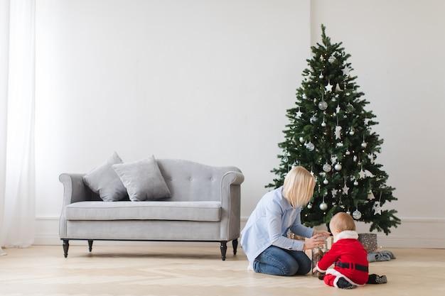 Mãe, com, criança, abertura, presentes