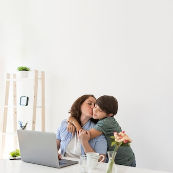 Mãe com criança em casa