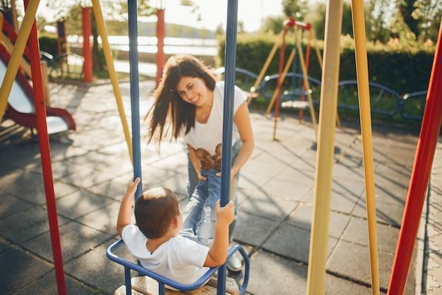 Mãe com criança pequena em um playground