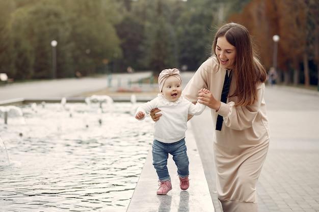 Mãe com criança pequena passar o tempo em um parque