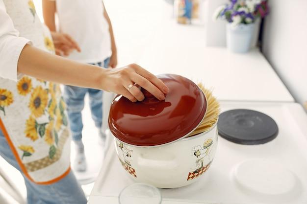 Mãe com crianças cozinhando em casa