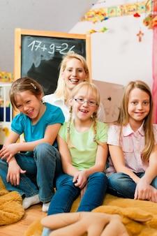 Mãe com crianças em idade escolar