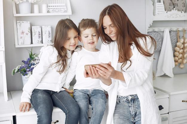Mãe com crianças se divertindo em casa