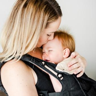 Mãe, com, dela, bebê, em, um, portador