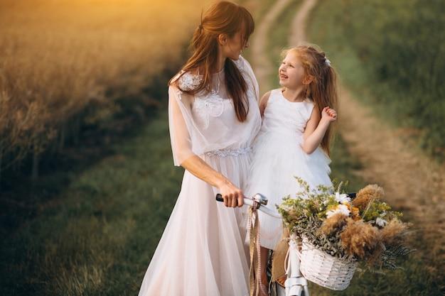 Mãe, com, dela, criança, em, bonito, vestidos, com, bicicleta