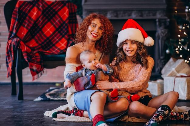 Mãe, com, dela, filha, e, filho, ligado, natal, por, árvore natal