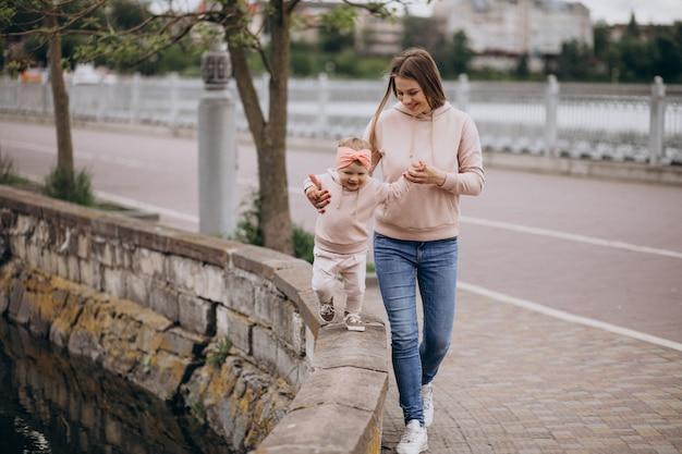 Mãe, com, dela, filha pequena, parque