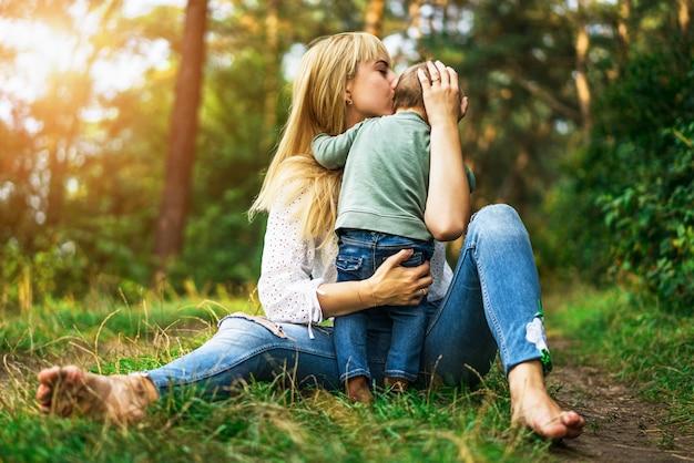 Mãe, com, dela, filha pequena, tocando, ao ar livre