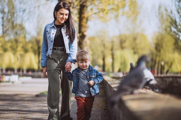 Mãe, com, dela, filho pequeno, em, parque