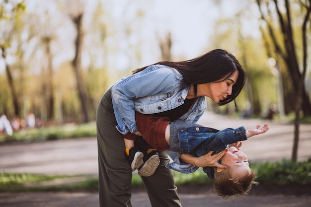 Mãe, com, dela, filho pequeno, tendo divertimento, parque