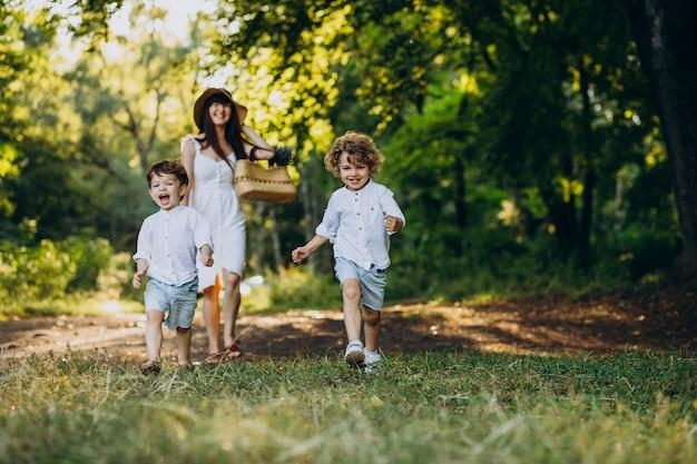 Mãe com dois filhos no parque se divertindo