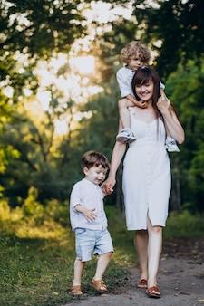 Mãe com dois filhos no parque