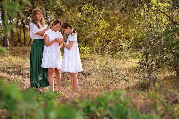 Mãe com duas filhas no parque.