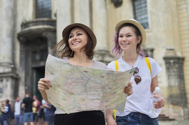 Mãe com filha adolescente viajar, mulheres com mapa