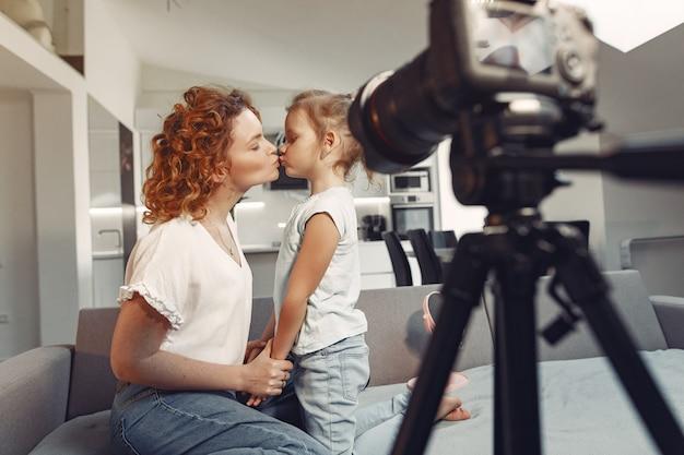 Mãe com filha atira em um blog de beleza