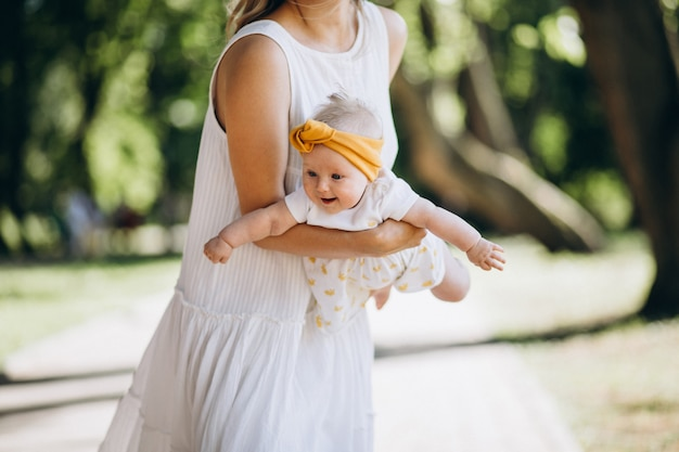 Mãe com filha bebê no parque
