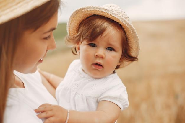 Mãe com filha brincando em um campo de verão