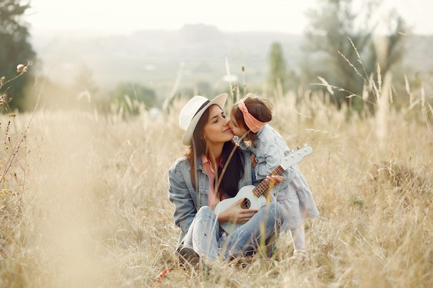 Mãe com filha brincando em um campo