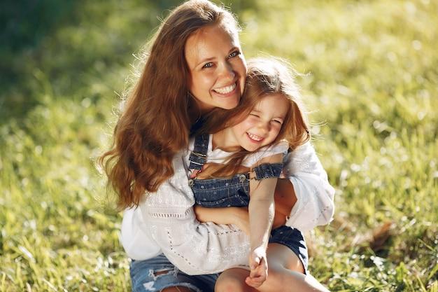 Mãe com filha brincando em um parque de verão