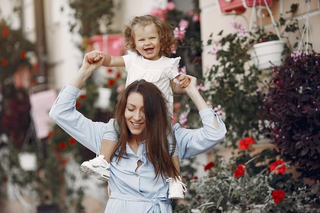 Mãe com filha brincando em uma cidade de verão