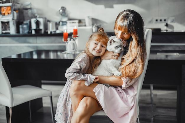 Mãe, com, filha, casa