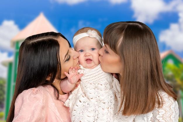 Mãe com filha e tia madrinha
