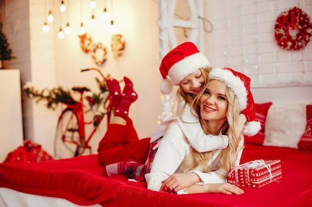 Mãe com filha em casa