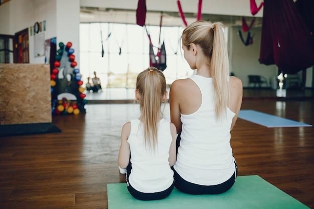 Mãe, com, filha, em, um, ginásio