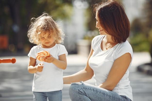 Mãe com filha em um parque aquático com skate