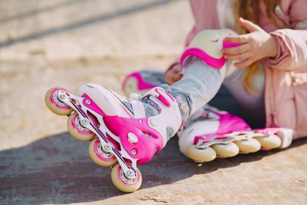 Mãe com filha em um parque com rolos