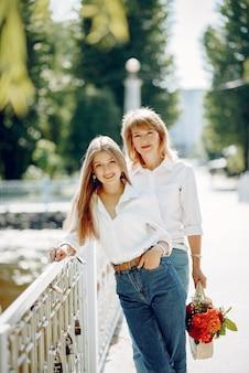 Mãe com filha em um parque de verão