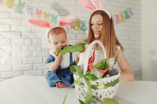 Mãe com filha em uma cozinha se preparando para a páscoa