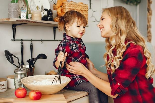 Mãe com filha em uma cozinha