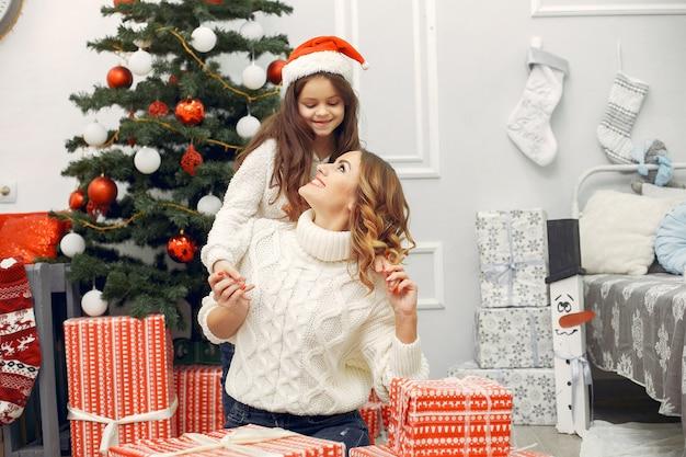 Mãe com filha em uma decoração de natal