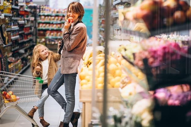 Mãe com filha em uma mercearia