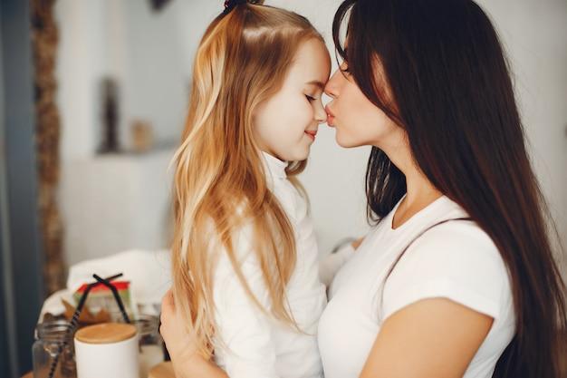 Mãe com filha fofa em casa
