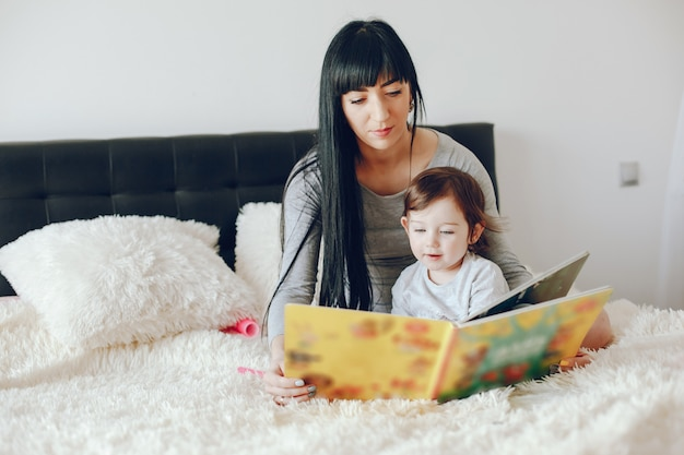 Mãe com filha fofa