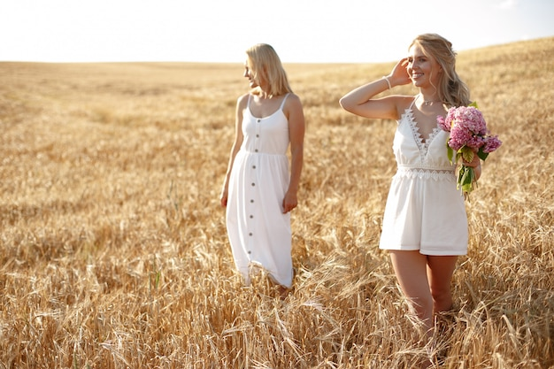 Mãe com filha linda em um campo de outono