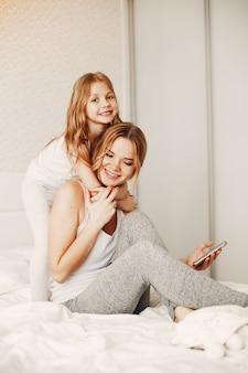 Mãe com filha loira fofa