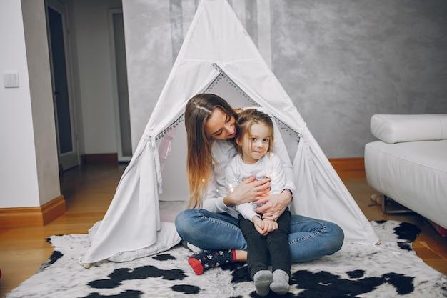 Mãe, com, filha pequena, casa