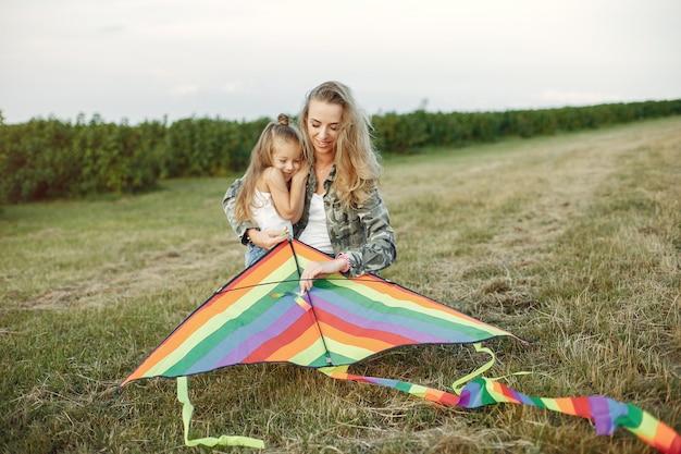 Mãe com filha pequena em um campo de verão