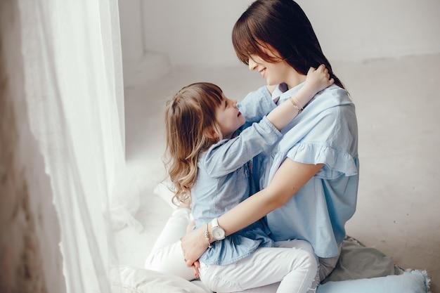 Mãe, com, filha pequena, em, um, sala