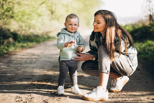 Mãe com filha pequena na floresta