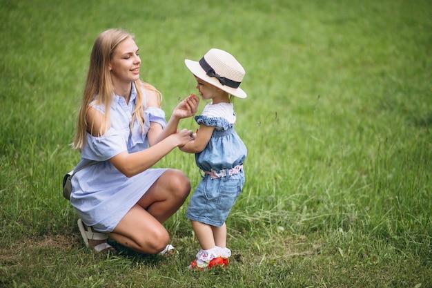 Mãe, com, filha pequena, parque