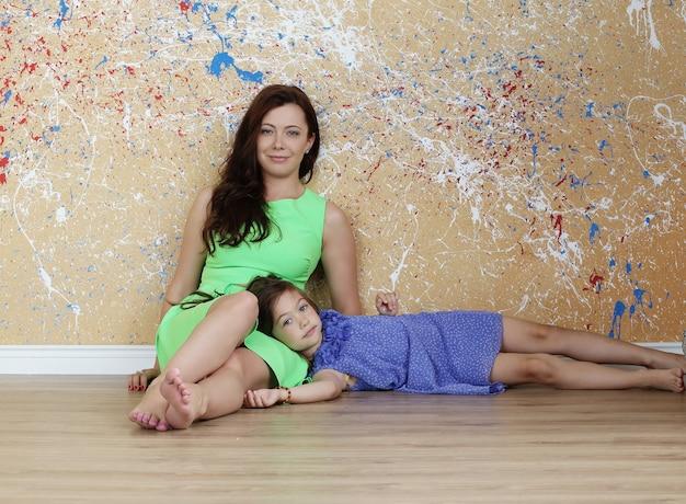 Mãe com filha posando no chão