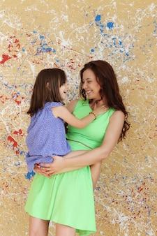 Mãe com filha posando
