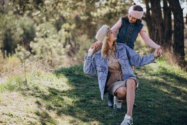 Mãe com filha se divertindo na floresta