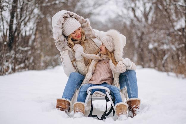 Mãe, com, filha, sledging, exterior, em, inverno