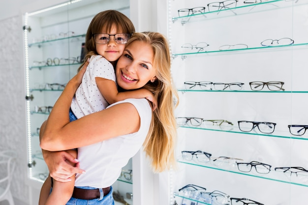 Mãe com filha usando óculos